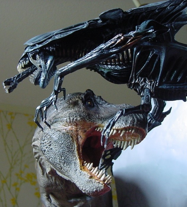 1:15 Sideshow Tyrannosaurus with 1:10 NECA Alien Queen - Because why not?